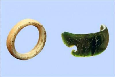 Кольцо-подвеска и фрагмент браслета, найденные в Денисовой пещере. Фото: предоставлено Институтом археологии и этнографии